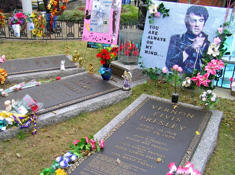 Grave of Elvis and family